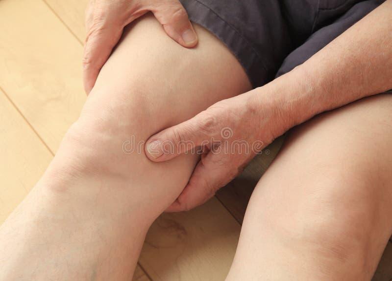 Sênior com dor de músculo da coxa fotos de stock