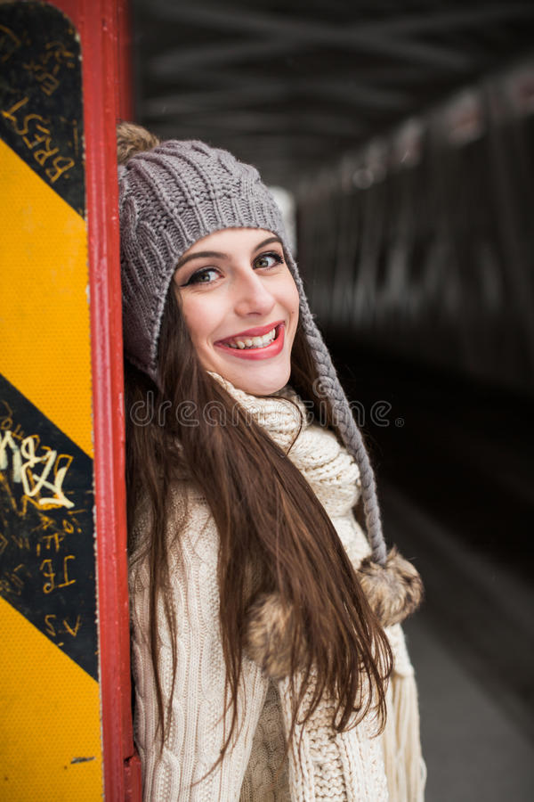 Sênior de High School caucasiano que sorri na roupa e no chapéu do inverno da malha fotografia de stock