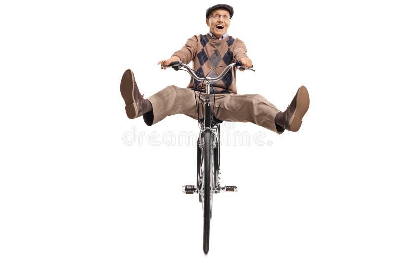 Sênior extático que monta uma bicicleta imagem de stock royalty free