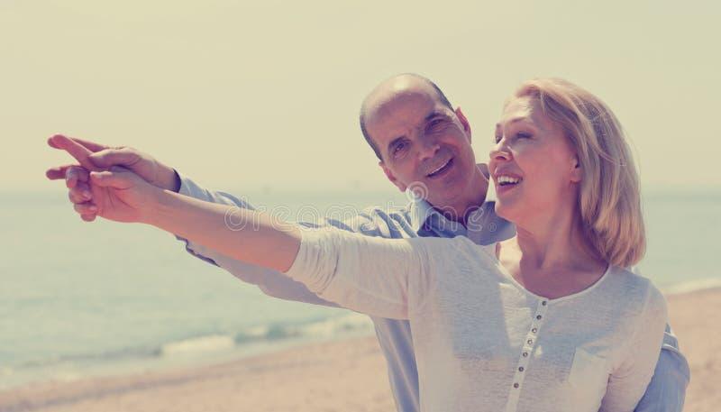 Sênior idoso com a mulher madura em férias do litoral fotos de stock royalty free