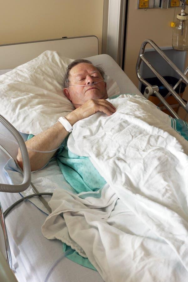 Sênior no vertical da cama de hospital fotos de stock