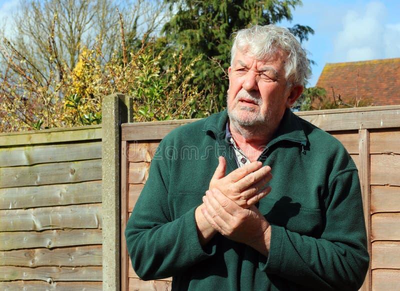Sênior ou ancião com uma mão dolorosa má foto de stock royalty free