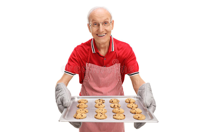 Sênior que guarda uma bandeja de cookies fotos de stock royalty free