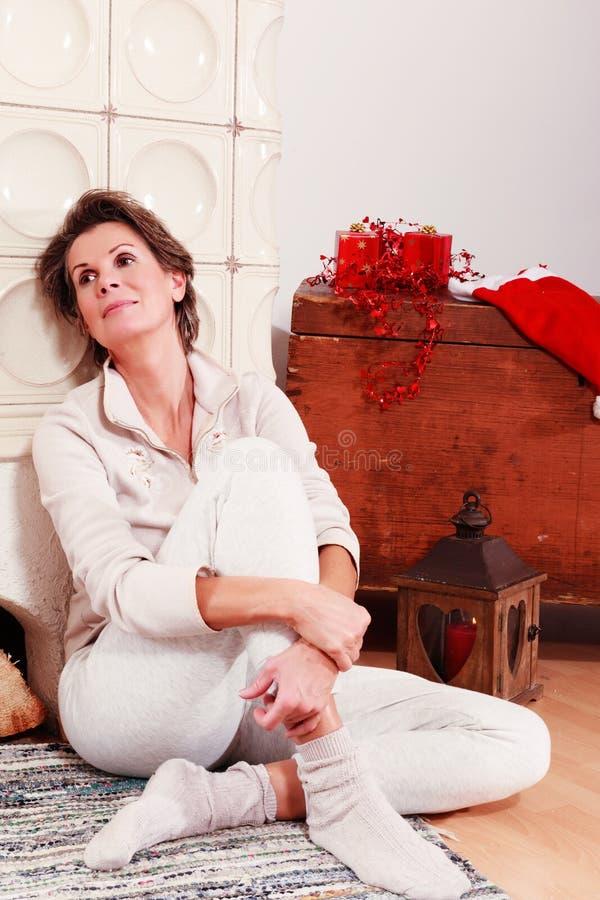 Sênior relaxado no Natal fotos de stock