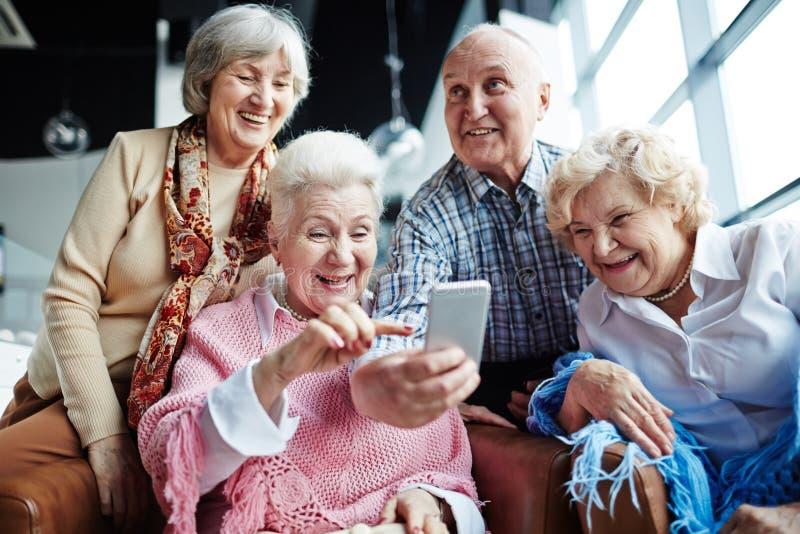 Sêniores com smartphone imagem de stock royalty free