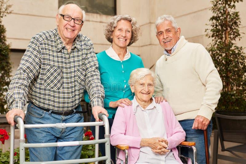 Sêniores do grupo como amigos e aposentados fotos de stock royalty free