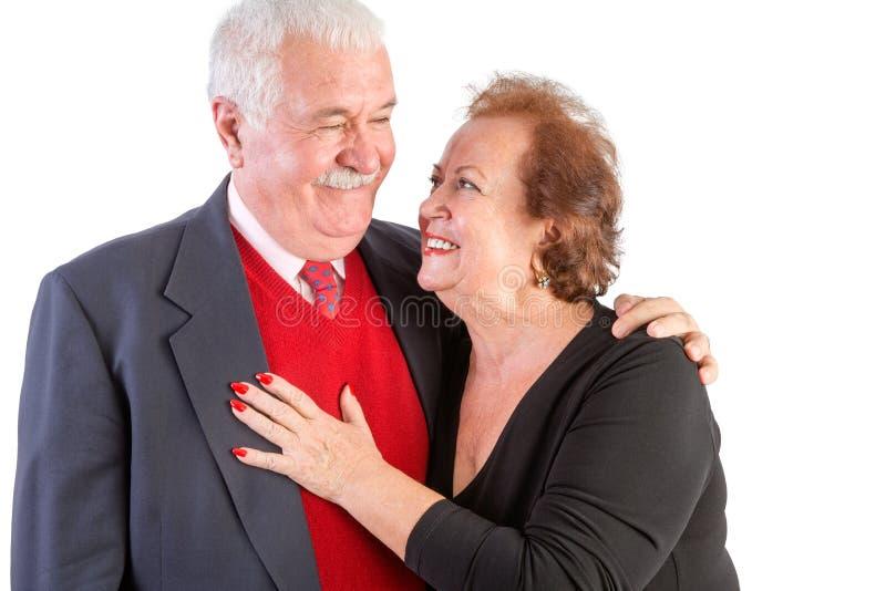 Sêniores felizes com os braços em torno de se fotos de stock royalty free