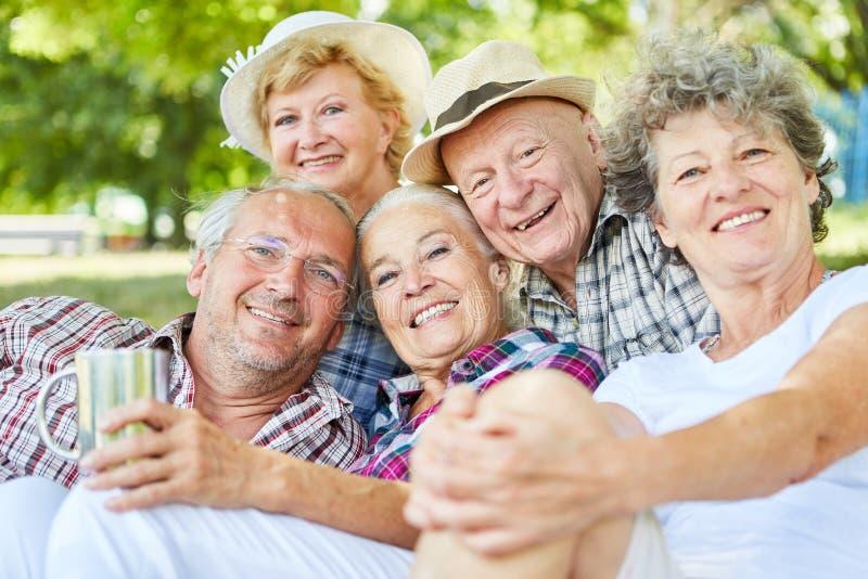 Sêniores felizes em uma excursão do verão foto de stock royalty free