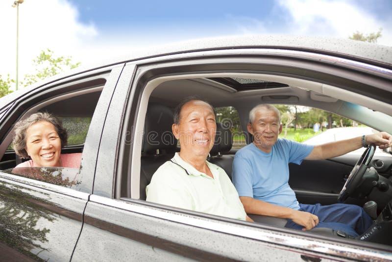 Sêniores felizes que apreciam a viagem por estrada imagens de stock