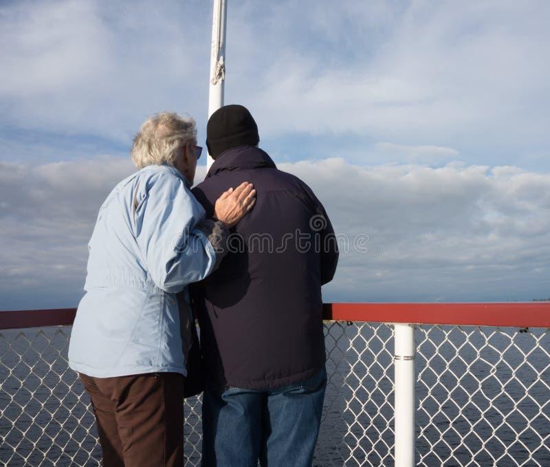 Sêniores que apreciam o lago no cruzeiro fotos de stock royalty free