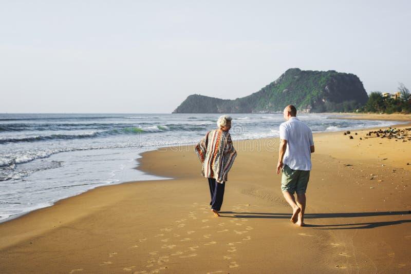 Sêniores que apreciam uma praia tropical foto de stock royalty free