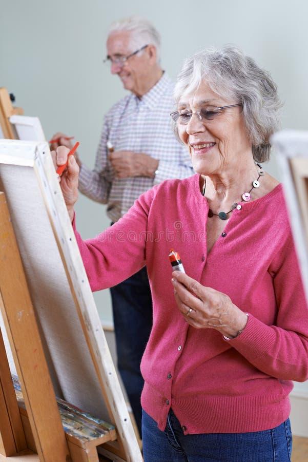 Sêniores que atendem à classe da pintura junto fotografia de stock royalty free
