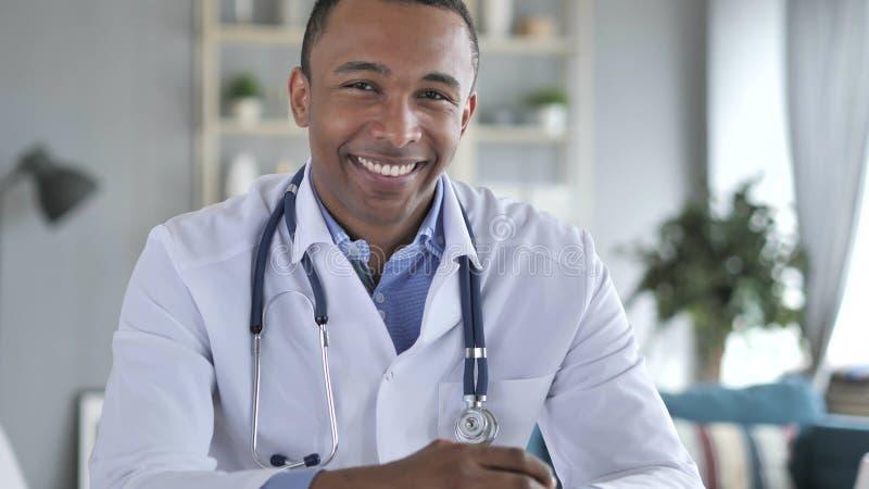 Sì, il dottore afroamericano Shaking Head per permettere paziente fotografia stock