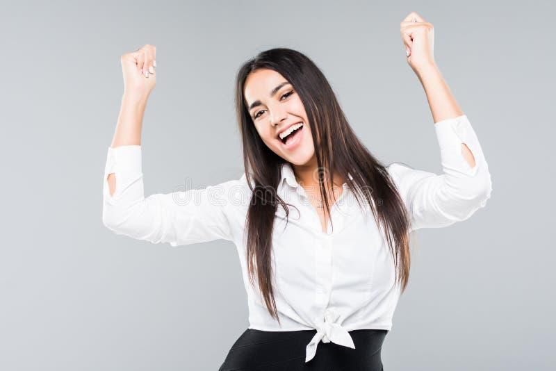 Sì, vinco Vittoria ottimista di esultanza della donna di affari di felicità isolata su fondo grigio fotografia stock libera da diritti