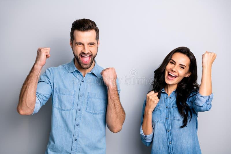 Sí Hooray retrato de los estudiantes emocionados gritadores de la persona encantados impresionados sobre su suerte la lotería que fotos de archivo libres de regalías