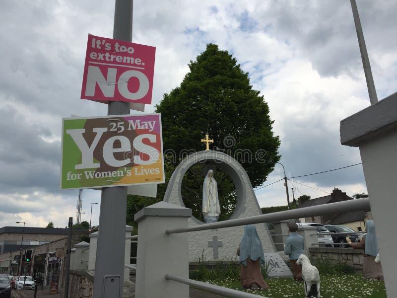 Sí y ningunos carteles para los 25tos del referéndum de mayo con respecto a la aplicación el aborto, cerca de la Fátima y de los  fotografía de archivo