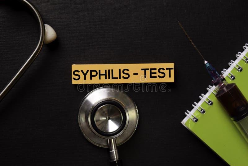Sífilis - teste na tabela do preto da vista superior com amostra de sangue e cuidados médicos/conceito médico imagem de stock