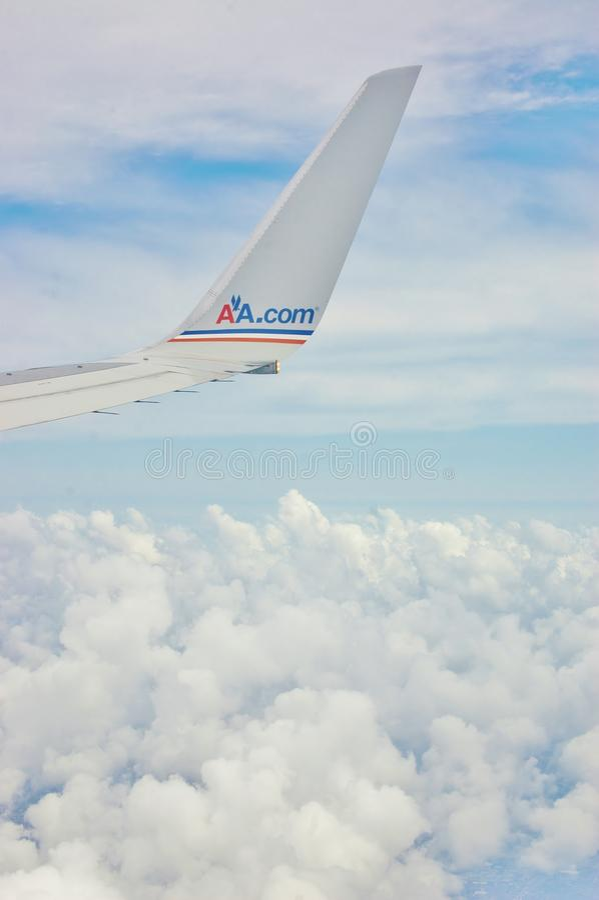 Símbolo american airlines en cielo imagen de archivo