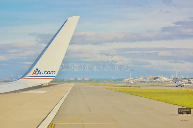 Símbolo american airlines na pista de decolagem imagens de stock