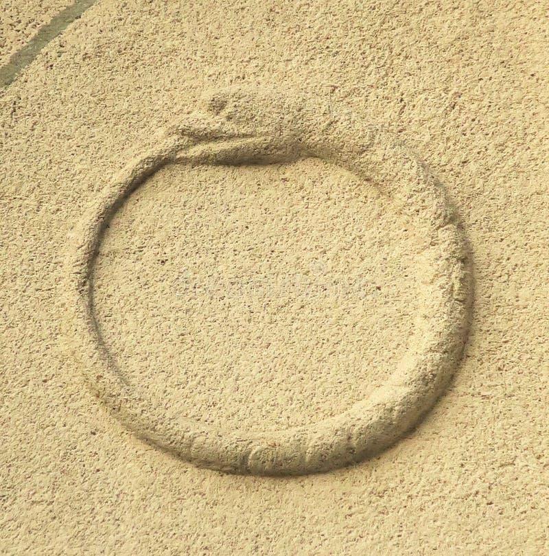 Símbolo antiguo de Ouroboros que representa una serpiente o un dragón que lo come fotografía de archivo libre de regalías