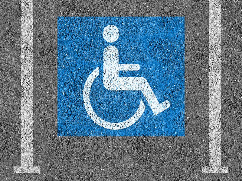 Símbolo azul y blanco del estacionamiento de la desventaja fotos de archivo libres de regalías