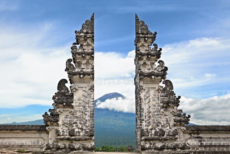 Símbolo Bali - templo hindu no fundo da montagem de Agung imagens de stock