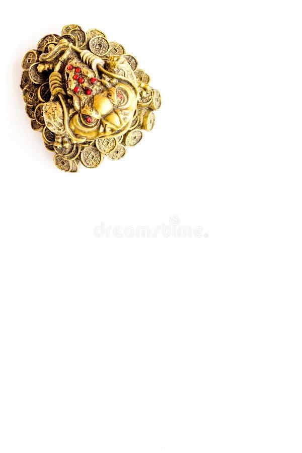 Símbolo budista (JPG +EPS) Três orientais sapo equipado com pernas com as moedas de ouro no espaço branco da opinião superior do  fotografia de stock