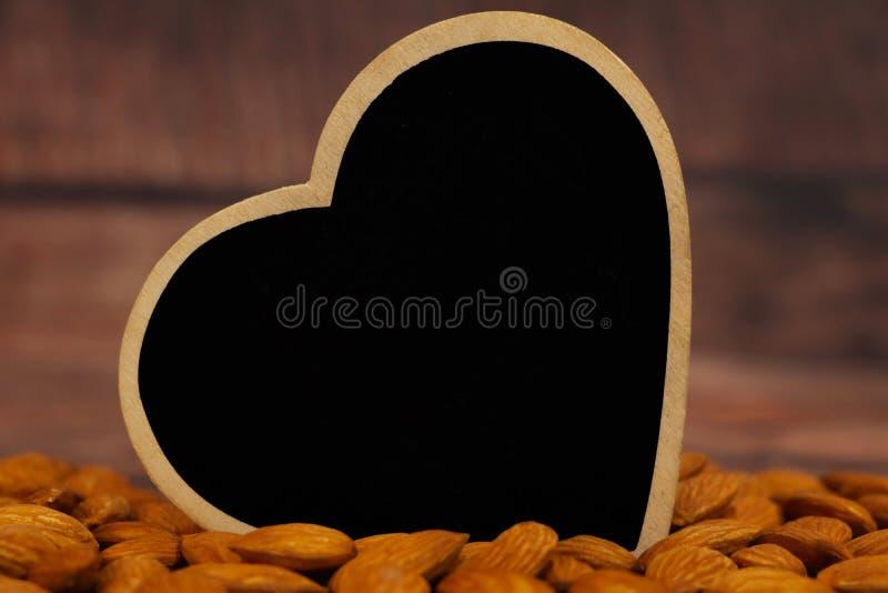 Símbolo cardíaco com amêndoas fotografia de stock royalty free