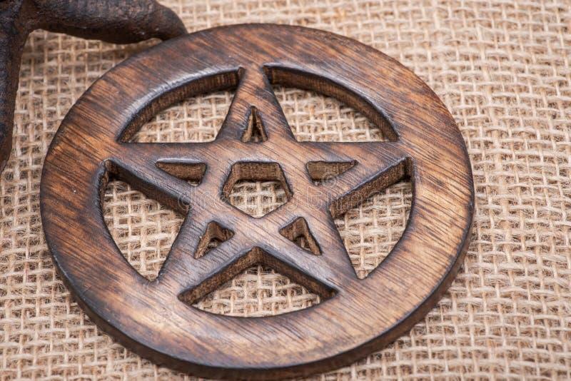 Símbolo cercado de madera del pentagram en la arpillera Cinco elementos fotografía de archivo libre de regalías