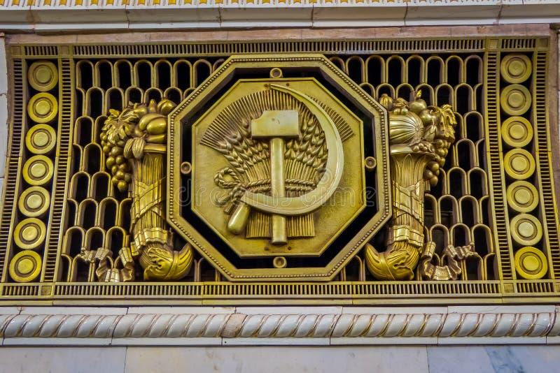 Símbolo comunista dourado na estação de metro de Moscou imagens de stock