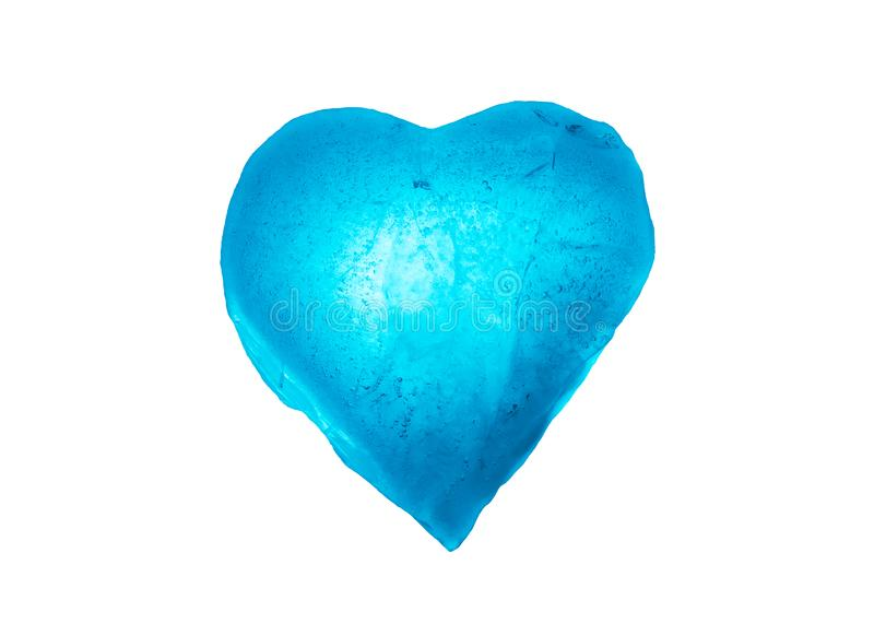 Símbolo congelado del corazón del hielo del primer azul del color aislado en un fondo blanco Textura del hielo foto de archivo libre de regalías