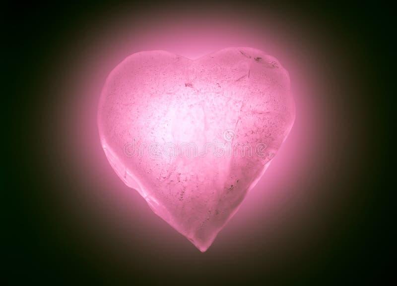 Símbolo congelado del corazón del hielo del primer rosado suave del color que brilla intensamente en la oscuridad Textura del hie imágenes de archivo libres de regalías