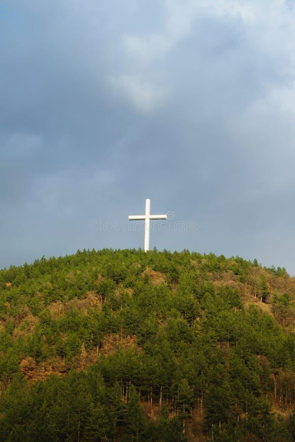 Símbolo cristiano - Jesus Cross - en el top de la colina imágenes de archivo libres de regalías
