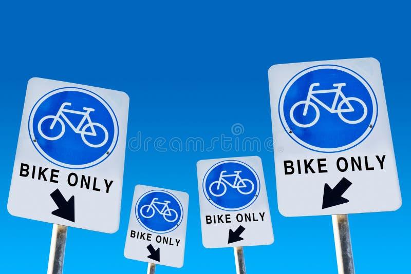 Símbolo da bicicleta no azul isolado sinal ilustração royalty free