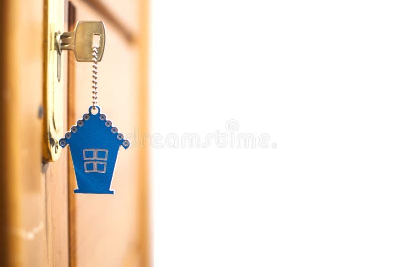 Símbolo da casa e da chave no buraco da fechadura fotos de stock