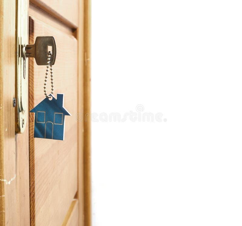 Símbolo da casa e da chave no buraco da fechadura fotografia de stock royalty free