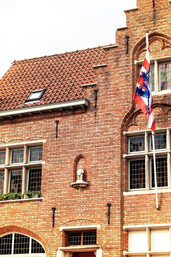 Símbolo da cidade de Bruges, o Brugs Beertje na fachada do Poort imagem de stock royalty free