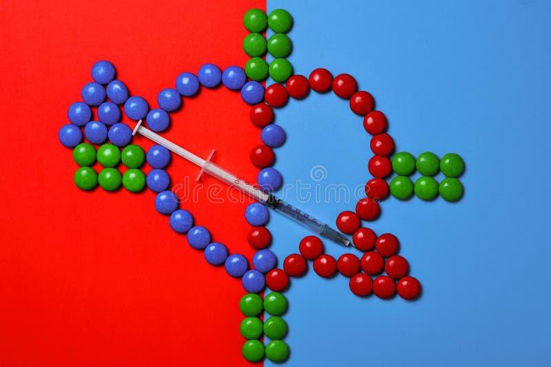 Símbolo da doença cardíaca Coração em um fundo vermelho e azul com fotos de stock royalty free