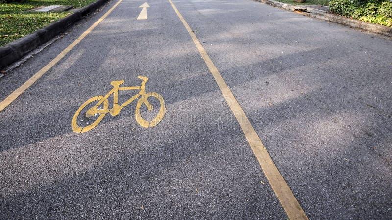 Símbolo da lente da bicicleta no parque foto de stock royalty free