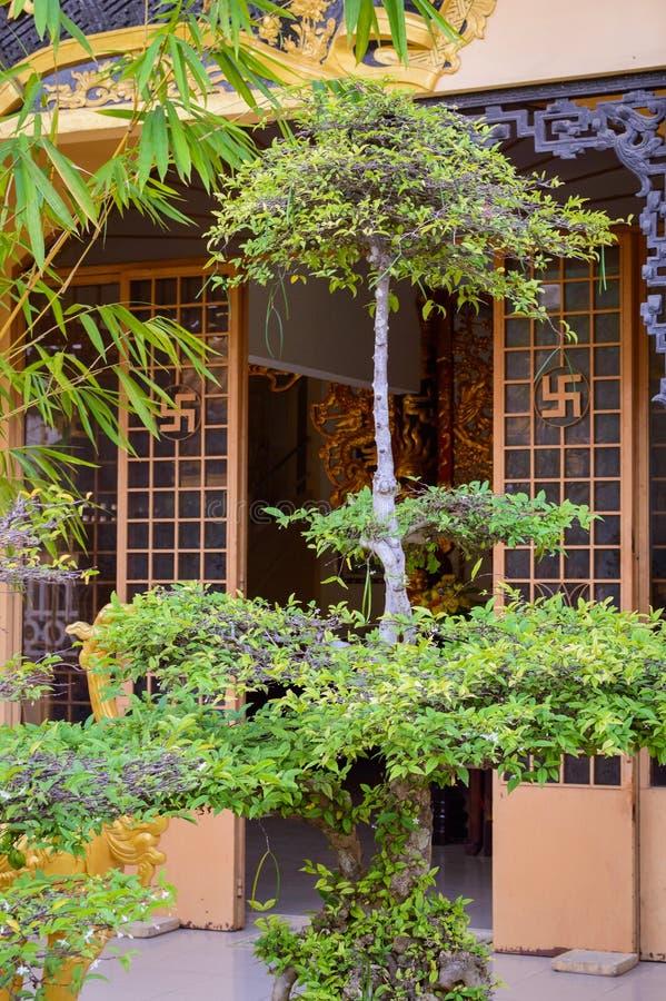 Símbolo da suástica como o sinal do sol na porta do templo asiático imagens de stock