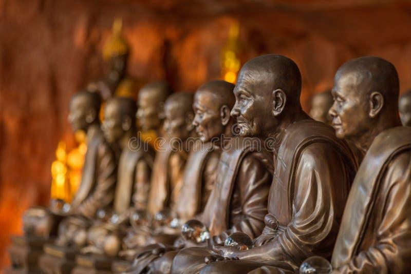 Símbolo das estátuas das monges budistas da paz e da serenidade no templo de Wat Phu Tok, na Tailândia, no ascetismo e na meditaç imagem de stock