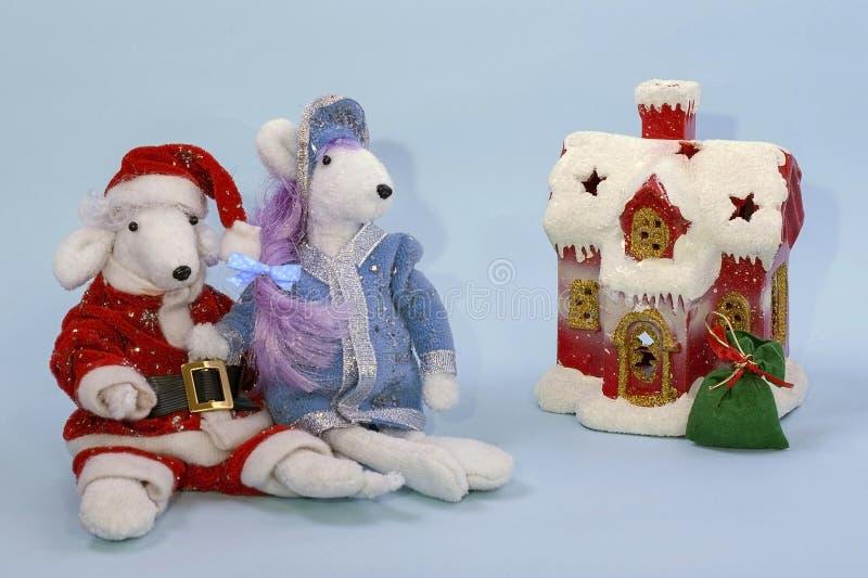 Símbolo de 2020 de acordo com o calendário oriental Ratos brancos bonitos no traje de Santa Claus e da donzela da neve perto da imagens de stock royalty free