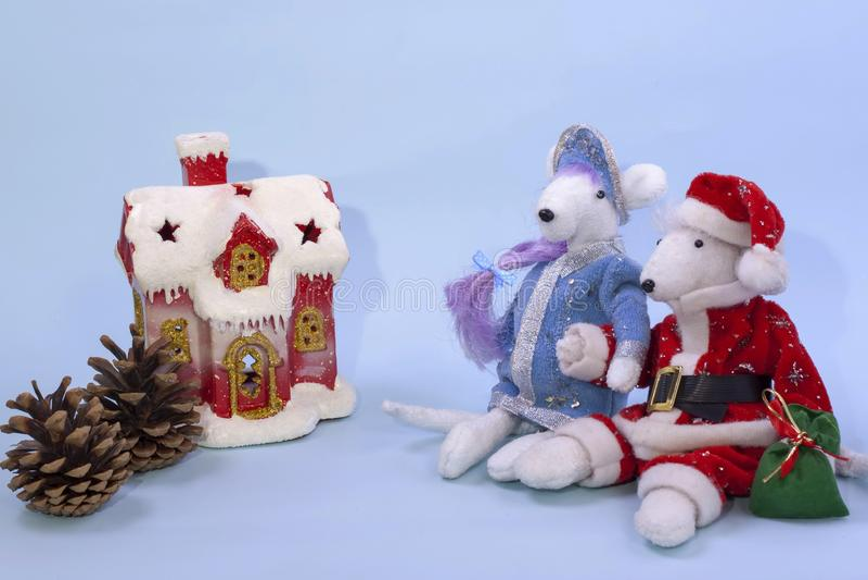 Símbolo de 2020 de acordo com o calendário oriental Ratos brancos bonitos no traje de Santa Claus e da donzela da neve perto da fotografia de stock