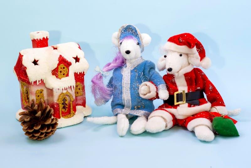 Símbolo de 2020 de acordo com o calendário oriental Ratos brancos bonitos no traje de Santa Claus e da donzela da neve perto de u fotografia de stock royalty free
