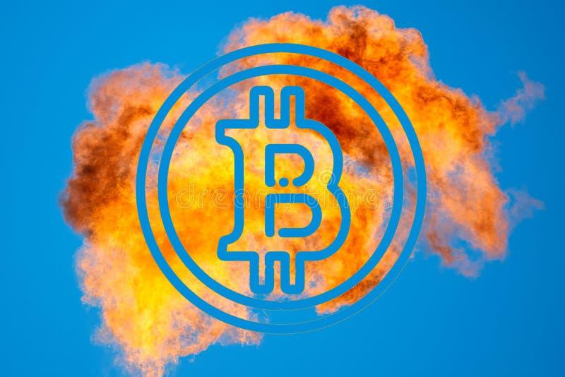 Símbolo de Bitcoin el fondo de la combustión del gas asociado del petróleo foto de archivo