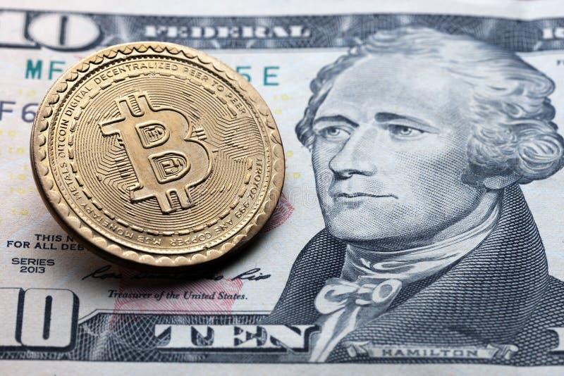 Símbolo de Bitcoin em dez dólares de fundo conceito das tecnologias do cryptocurrency dinheiro virtual com vida real fotos de stock