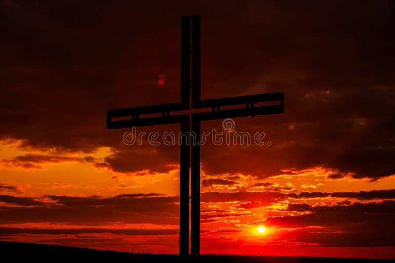 Símbolo de cruz negra da silhueta Conceito religioso foto de stock royalty free