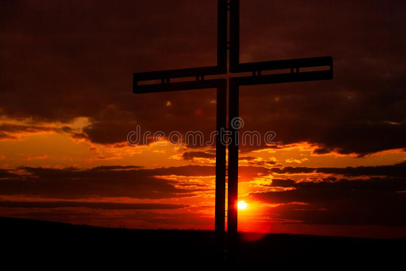 Símbolo de cruz negra da silhueta Conceito religioso foto de stock