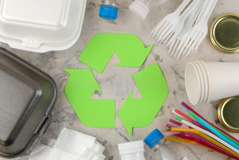 Símbolo de Eco recycling conceito do eco na tabela do betão leve Reciclagem de resíduos Vista de acima fotografia de stock