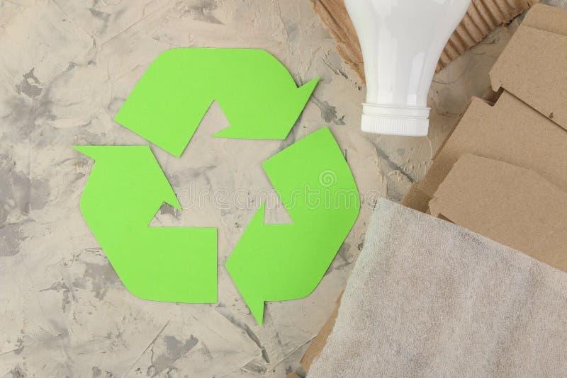 Símbolo de Eco recycling conceito do eco na tabela do betão leve Reciclagem de resíduos Vista de acima imagens de stock royalty free